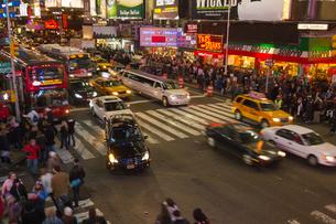 タイムズスクエアの夜景の写真素材 [FYI00060563]