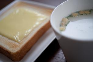 チーズトーストとスープの写真素材 [FYI00060751]