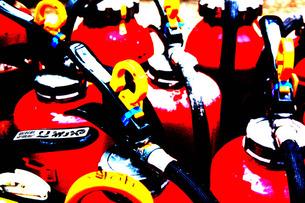 捨てられたたくさんの消火器の写真素材 [FYI00060783]