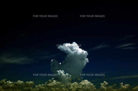 月の形をした雲の素材 [FYI00060787]