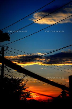 ベランダから見た電線と夕焼けの素材 [FYI00060793]
