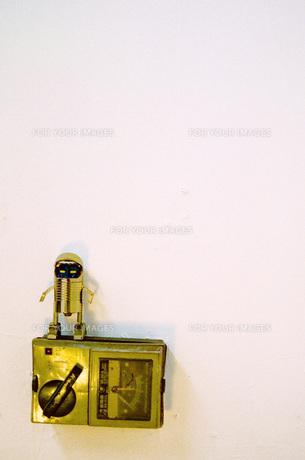 超合金と白い壁の写真素材 [FYI00060869]