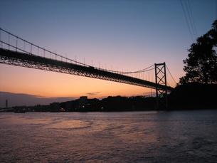 夕暮れの関門橋の写真素材 [FYI00060974]