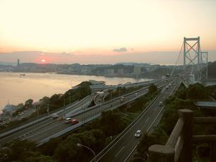 関門橋の夕暮れの写真素材 [FYI00061016]
