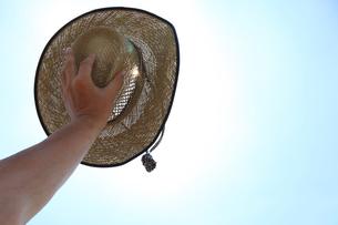 麦藁帽子で陽を除けるの写真素材 [FYI00061023]