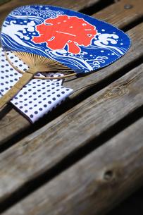 ベンチの祭り団扇の写真素材 [FYI00061165]