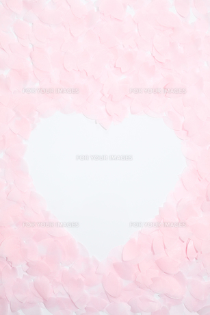 紙の桜吹雪でハートの写真素材 [FYI00061194]