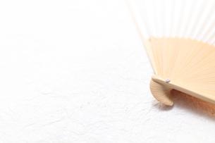 和紙の上の扇子の写真素材 [FYI00061202]