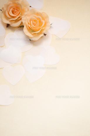 バラのコサージュとハートの紙吹雪の素材 [FYI00061204]