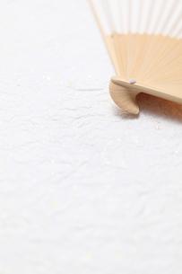 和紙の上の扇子の写真素材 [FYI00061207]