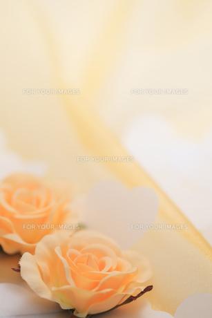 バラのコサージュとハートの紙吹雪の素材 [FYI00061209]