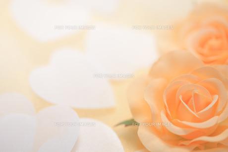 バラのコサージュとハートの紙吹雪の素材 [FYI00061211]