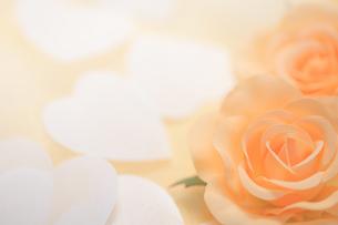 バラのコサージュとハートの紙吹雪の写真素材 [FYI00061211]