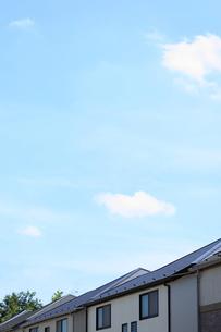 住宅の屋根と青空の写真素材 [FYI00061238]