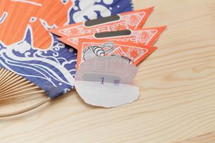 一等賞の福引券と祭り団扇の写真素材 [FYI00061289]