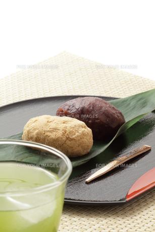 冷茶と2色のおはぎの写真素材 [FYI00061320]