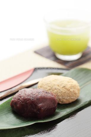 2色のおはぎと冷茶の写真素材 [FYI00061347]