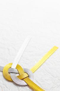 祝儀の水引と金箔和紙の写真素材 [FYI00061352]