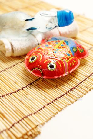 ブリキの金魚とラムネで夏イメージの素材 [FYI00061355]