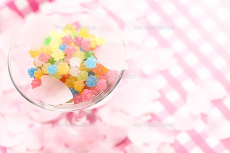 桜吹雪と金平糖の写真素材 [FYI00061369]