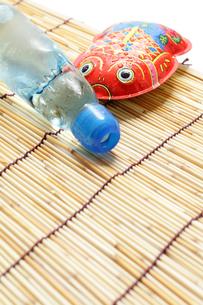 ブリキの金魚とラムネで夏イメージの素材 [FYI00061372]