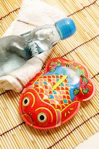 ブリキの金魚とラムネで夏イメージの素材 [FYI00061373]