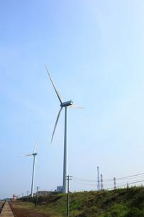 火力発電所の煙突と風力発電風車の写真素材 [FYI00061378]