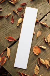 ウッドデッキ上の短冊と欅の落ち葉の写真素材 [FYI00061440]