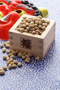 福豆と赤鬼のお面の写真素材 [FYI00061485]