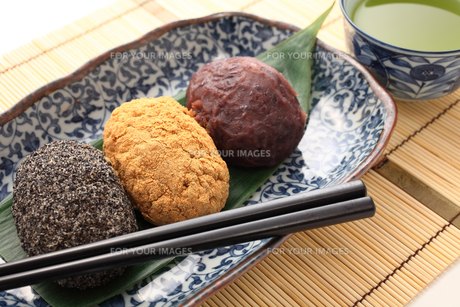 3種のおはぎと緑茶の写真素材 [FYI00061492]