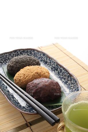 3種のおはぎと緑茶の写真素材 [FYI00061495]