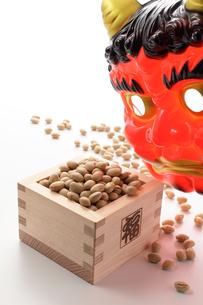 福豆と赤鬼のお面の写真素材 [FYI00061505]