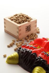 福豆と赤鬼のお面の写真素材 [FYI00061509]