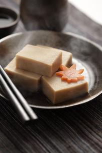 高野豆腐の煮物の写真素材 [FYI00061542]