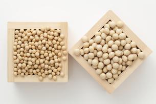 小粒と中粒の大豆の素材 [FYI00061547]