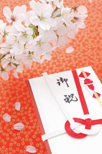 桜の花とご祝儀袋の写真素材 [FYI00061613]