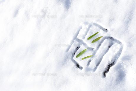 雪上に書いた雪の文字の素材 [FYI00061616]