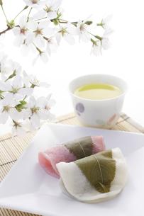 桜の花と長命寺さくら餅の写真素材 [FYI00061625]