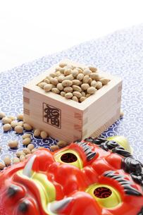 赤鬼の面と福豆の写真素材 [FYI00061634]