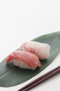 マグロと鯛の握り寿司の写真素材 [FYI00061637]