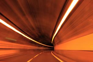 トンネル 高速撮影の写真素材 [FYI00061919]