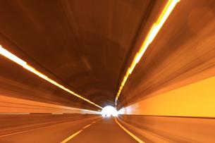 トンネル 高速撮影の写真素材 [FYI00061927]