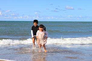 浜辺で遊ぶこどもたちの写真素材 [FYI00061987]
