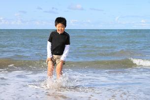 波打ち際で遊ぶ男の子の写真素材 [FYI00061989]