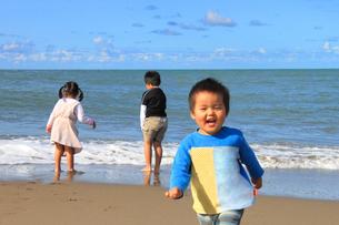 浜辺で遊ぶこどもたちの写真素材 [FYI00061996]