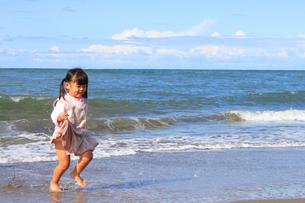 浜辺をかける女の子の写真素材 [FYI00061998]