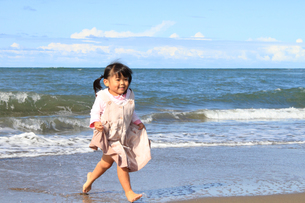 浜辺をかける女の子の写真素材 [FYI00062004]