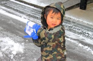 雪合戦をする男の子の写真素材 [FYI00062012]