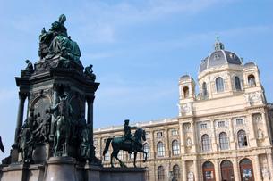オーストリア ウィーン 自然史博物館とマリア・テレジア像の写真素材 [FYI00063042]