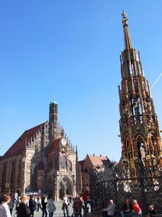 ドイツ ニュルンベルク 美しの泉とフラウエン教会の写真素材 [FYI00063057]